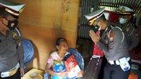 Polisi Masuk Lorong di Daerah Kumuh Demi Bawa Bantuan PPKM Mikro