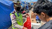 Jumat Berkah, Satlantas Polrestabes Makassar Bagikan Ratusan Nasi Kotak ke Warga